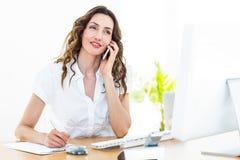 Femme d'affaires de sourire ayant l'appel téléphonique Images libres de droits