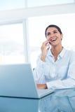 Femme d'affaires de sourire ayant un appel téléphonique Photographie stock