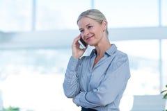 Femme d'affaires de sourire ayant un appel téléphonique Image stock