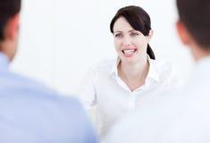 Femme d'affaires de sourire ayant une entrevue d'emploi images libres de droits