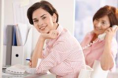 Femme d'affaires de sourire dans le bureau Photos stock