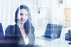 Femme d'affaires de sourire dans le bureau, infographics Photo stock