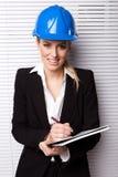 Femme d'affaires de sourire dans le casque antichoc Image libre de droits
