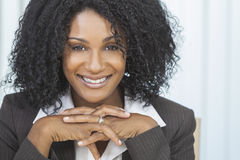 Femme d'affaires de sourire de femme d'Afro-américain Images stock