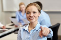 Femme d'affaires de sourire dirigeant le doigt sur vous Photos libres de droits