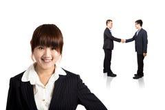Femme d'affaires de sourire et transaction réussie Photos stock