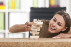 Femme d'affaires de sourire et une tour en bois Photo libre de droits