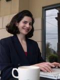 Femme d'affaires de sourire heureuse d'ordinateur portatif Photos stock