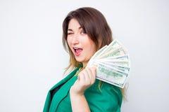 Femme d'affaires de sourire heureuse portant dans la veste verte avec l'argent OE réussi enthousiaste heureux superbe d'affaires  images stock