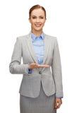 Femme d'affaires de sourire jugeant quelque chose imaginaire photo libre de droits