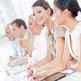 Femme d'affaires de sourire lors d'une réunion Image libre de droits