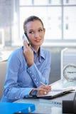 Femme d'affaires de sourire parlant sur le téléphone portable images stock