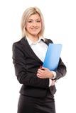 Femme d'affaires de sourire retenant un fascicule Photo libre de droits