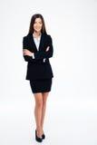 Femme d'affaires de sourire se tenant avec des bras pliés Image stock