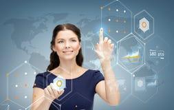 Femme d'affaires de sourire travaillant avec l'écran virtuel Images stock