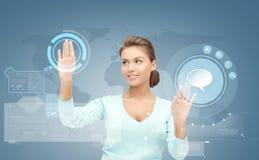 Femme d'affaires de sourire travaillant avec l'écran virtuel Photographie stock libre de droits