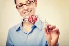 Femme d'affaires de sourire Writing Goal Text Images stock