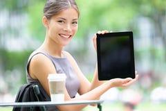 Femme d'affaires de tablette affichant l'écran de visualisation photo libre de droits