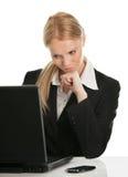 Femme d'affaires de Thoughful travaillant sur l'ordinateur portatif Image libre de droits