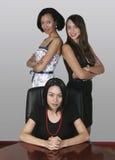 Femme d'affaires de trois professionnels dans un bureau Image stock