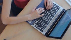 Femme d'affaires de vue supérieure à l'aide de l'ordinateur portable au bureau banque de vidéos