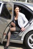 Femme d'affaires descendant du véhicule Photo stock
