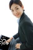 Femme d'affaires dessinant l'ampoule sur l'ordinateur portatif photo libre de droits