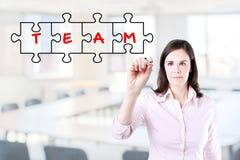 Femme d'affaires dessinant un concept de puzzle de travail d'équipe sur l'écran virtuel Fond de bureau Images libres de droits