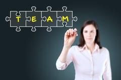 Femme d'affaires dessinant un concept de puzzle de travail d'équipe sur l'écran virtuel Fond pour une carte d'invitation ou une f Photographie stock