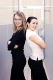 Femme d'affaires deux attirante au bureau Photo stock