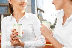 Femme d'affaires deux ayant une pause-café Photo libre de droits