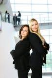Femme d'affaires deux dans le bureau Photos stock