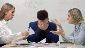 Femme d'affaires deux fâchée ayant le conflit lors de la réunion d'équipe d'affaires montrant les documents sur papier financiers banque de vidéos