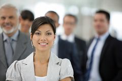 Femme d'affaires devant l'équipe de ventes Photo libre de droits