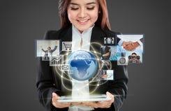 Femme d'affaires dirigeant dans l'interface de réalité virtuelle Photos stock