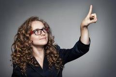Femme d'affaires dirigeant son doigt sur l'espace vide de copie Images libres de droits