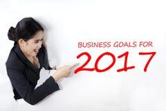 Femme d'affaires dirigeant un texte des buts d'affaires Photographie stock libre de droits