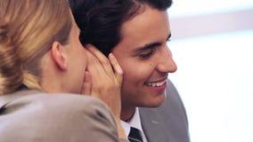 Femme d'affaires disant un secret à son collègue banque de vidéos