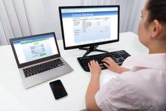 Femme d'affaires Doing Online Banking sur l'ordinateur image stock