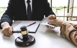 Femme d'affaires donnant à argent de paiement illicite la forme de billets d'un dollar au mA images stock