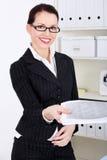 Femme d'affaires donnant des fichiers. Images libres de droits