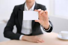 Femme d'affaires donnant la carte de visite Photographie stock libre de droits