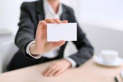 Femme d'affaires donnant la carte de visite Photo stock