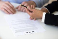Femme d'affaires donnant le stylo à l'homme, offre pour signer le Contra d'emploi photographie stock libre de droits