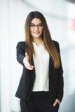 Femme d'affaires donnant une main Prise de contact dans le bureau Photographie stock