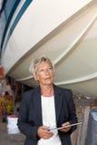 Femme d'affaires donnant une opinion sur un chantier naval photo libre de droits