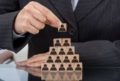 Femme d'affaires empilant les blocs en bois d'équipe Photo libre de droits
