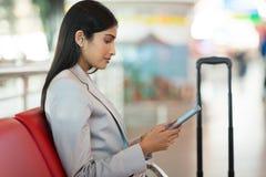 Femme d'affaires employant l'aéroport de comprimé Photographie stock libre de droits