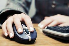 Femme d'affaires employant la souris d'ordinateur Photographie stock libre de droits
