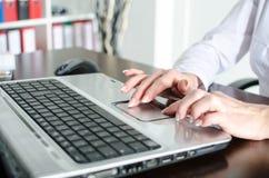Femme d'affaires employant la souris d'ordinateur portable Photos libres de droits